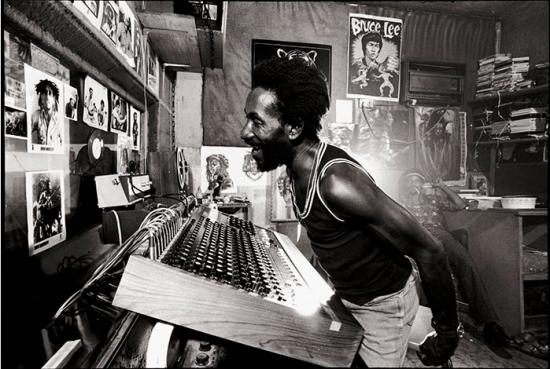 "Lee ""Scratch"" Perry dans son studio de Kingtson ""Black Ark"""