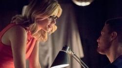 Arrow saison 4 : Découvrez une photo du couple Olicity et des informations sur Félicity!