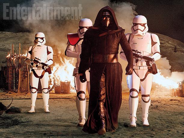 Kylo Ren et ses Stormtroopers semant la désolation dans le village de Jakku