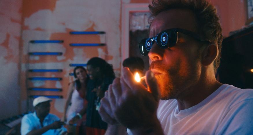 Melvin (Stephen Dorff), personnage auto-destructeur, en train d'abuser de drogues - Copyright Chrysalis Films