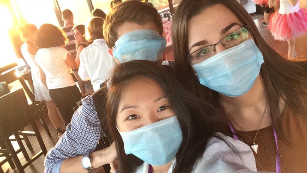 La soirée Crazy Hospital avec Nathan de la chaîne YNY Production (au fond), l'adorable Lauramaï (au centre) et moi, Emz de JustFocus (à droite) !