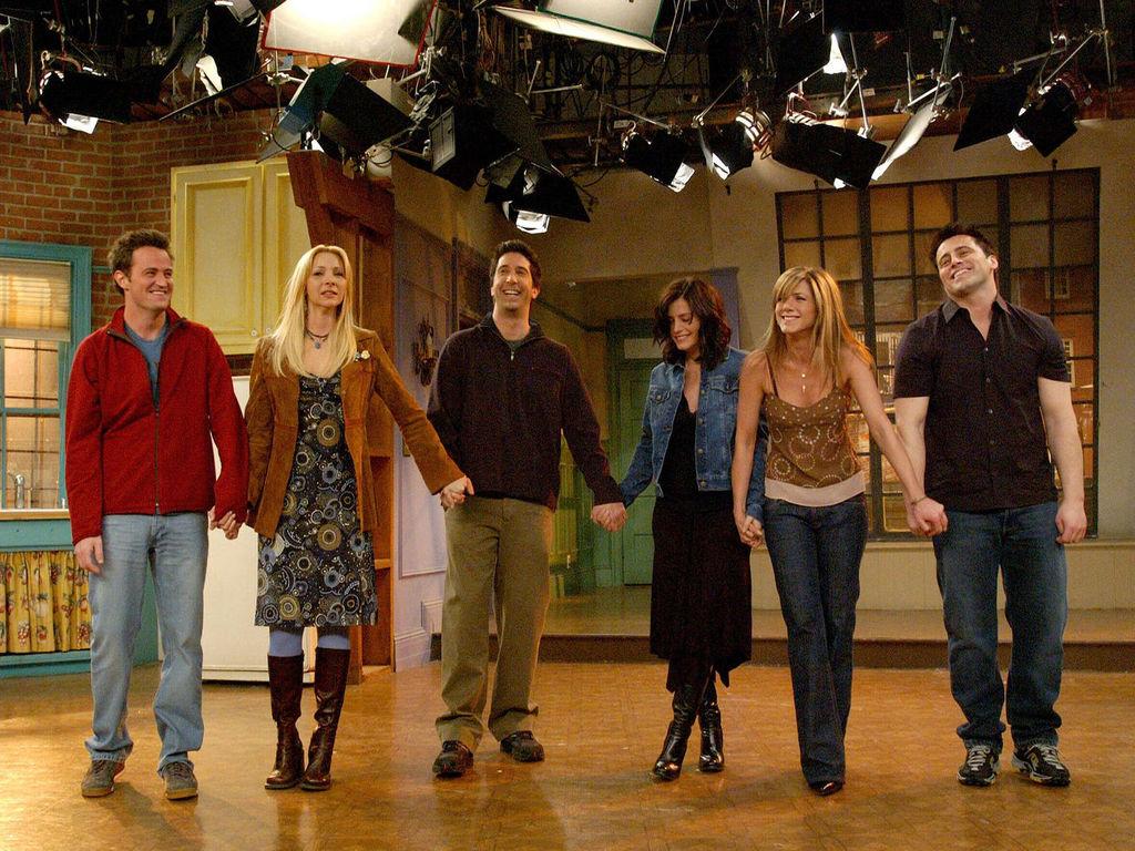 les-six-acteurs-de-friends-saluent-le-public-lors-du-dernier-episode-de-la-serie-en-2004_exact1024x768_l