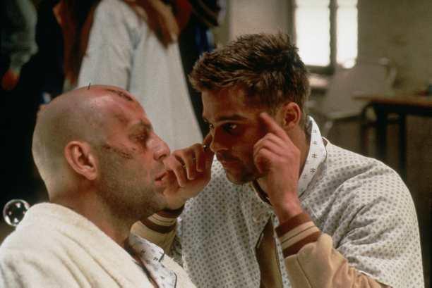 Bruce Willis, Brad Pitt *** Local Caption *** Titre original : Twelve Monkeys Réalisateur : Terry Gilliam Date de sortie France : 28 février 1996