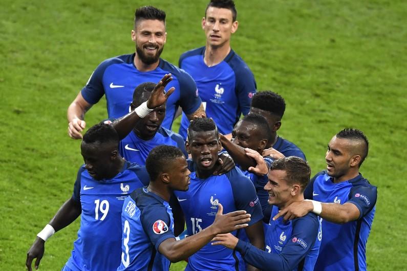 7783954582_pogba-au-centre-et-les-bleus-celebrent-lors-de-france-islande-en-quart-de-finale-de-l-euro-le-3-juillet-au-stade-de-france