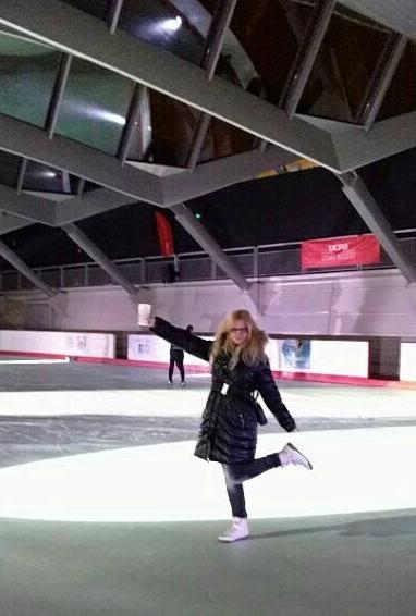 Aller à la patinoire sans patins... Et boire des verres sur la glace