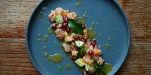 Tartare de saumon, avocat, grenade et vinaigrette mangue passion