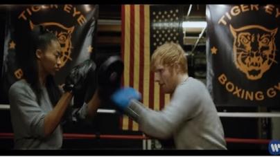 Ed Sheeran, tout en transpiration et tatouages dans Shape of You