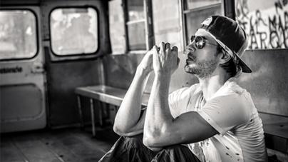 Enrique Iglesias : Découvrez le très attendu clip «Súbeme La Radio» !