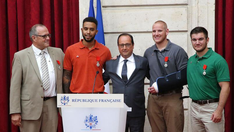Le Président Hollande accompagne de Chris Norman, Anthony Sadler, Spencer Stone et Alek Skarlatos (de g. à dr.) décorés par la Légion d'Honneur
