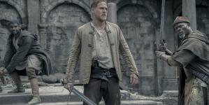 Critique «Le Roi Arthur : La Légende d'Excalibur» de Guy Ritchie : Une réinterprétation hyperbolique et sous acide de la légende arthurienne