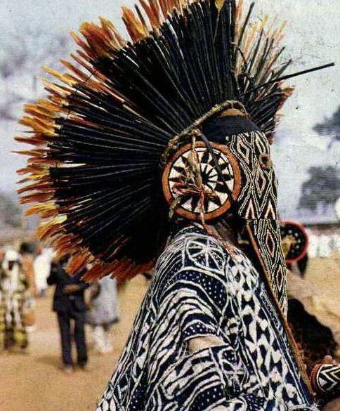 danseur traditonnelle qui porte la coiffe traditionnelle Bamiléké
