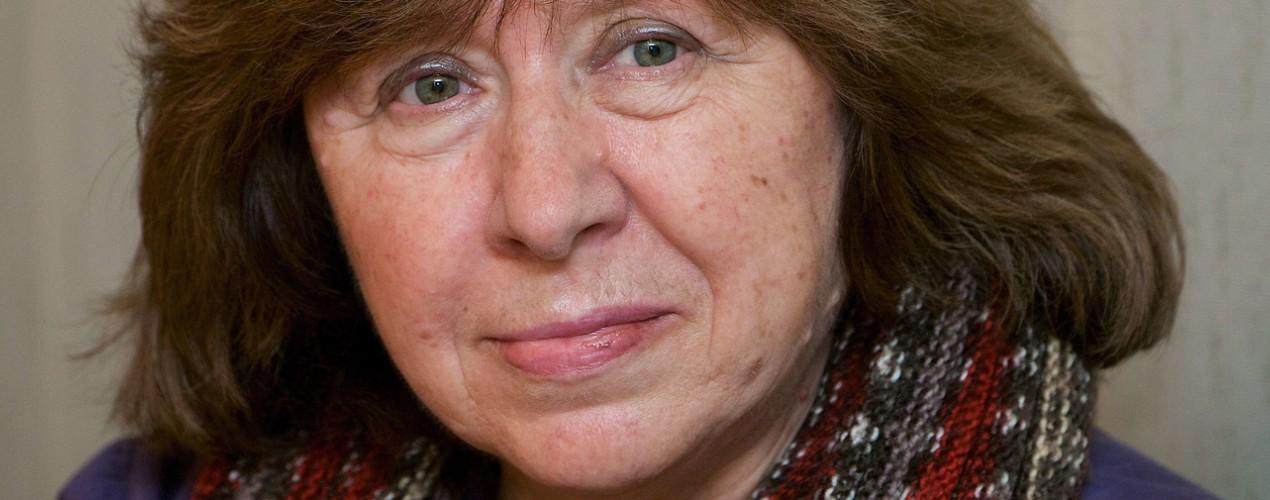 Svetlana Alexievitch reçoit le prix Nobel de littérature 2015.