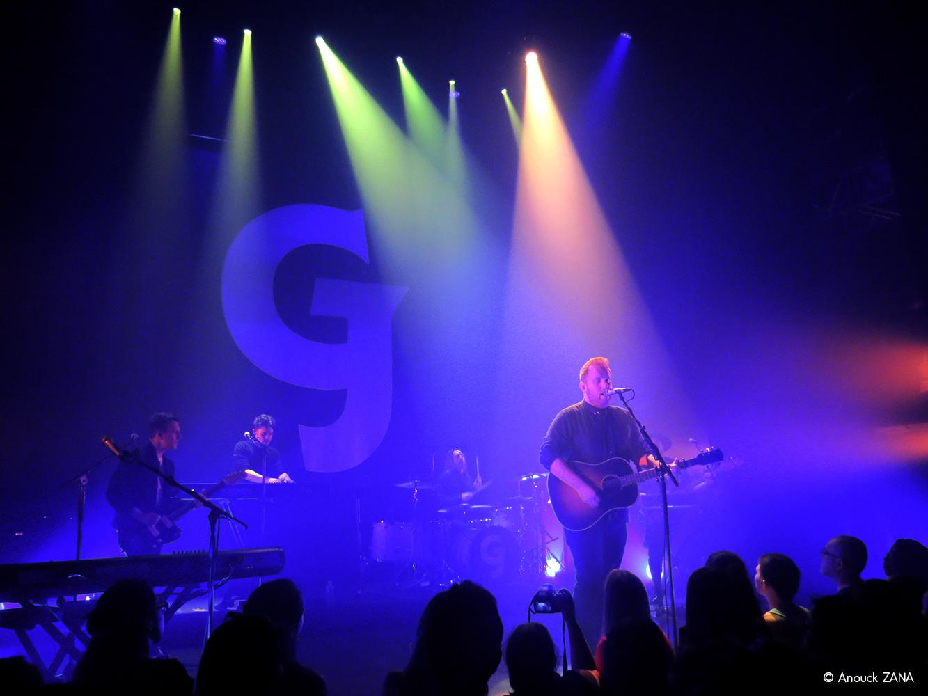 Gavin James et ses musiciens sur la scène du Café de la Danse