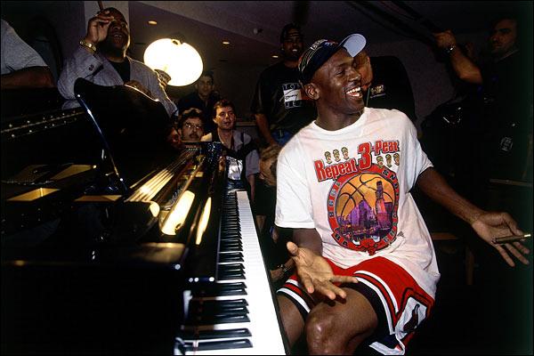 Jordan champion 1998 avec les Bulls face aux Jazz fête son titre au piano