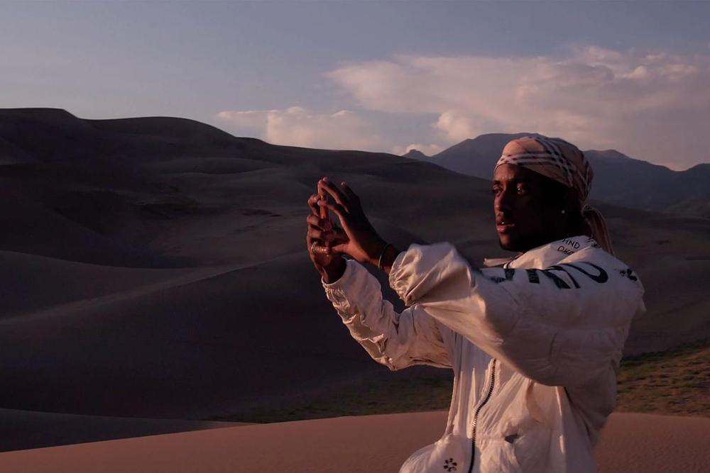 """Critique """"Crestone"""" de Marnie Ellen Hertzler : une vie au milieu du désert"""