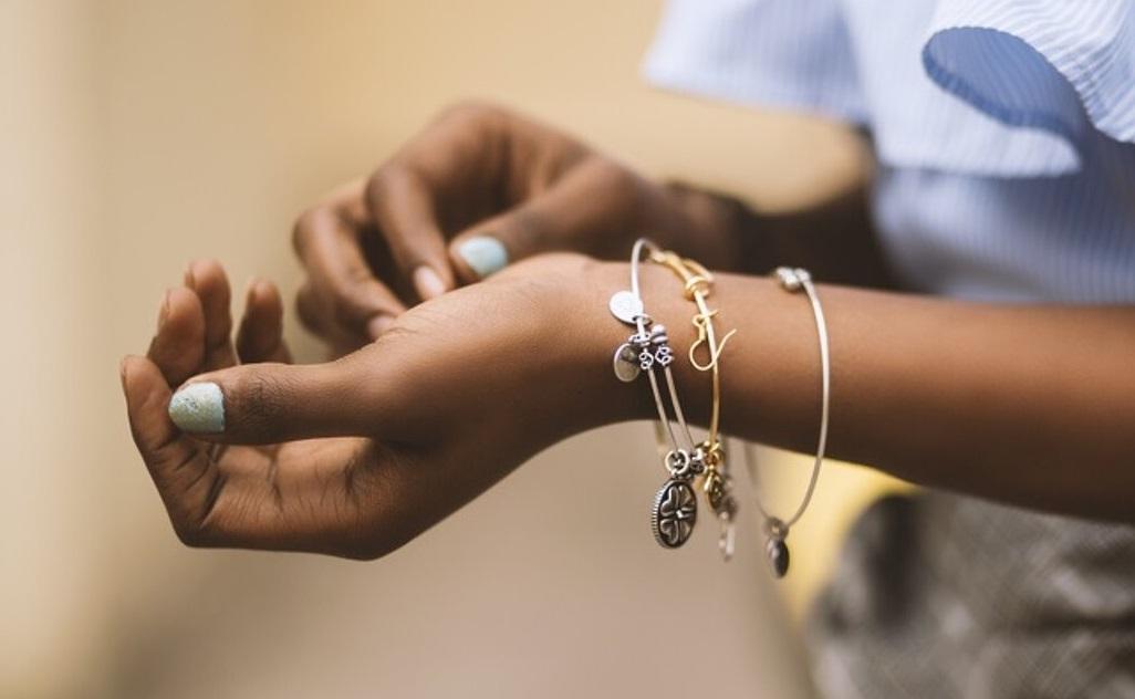 Ne vous faites plus avoir : apprenez à reconnaître les bijoux en argent