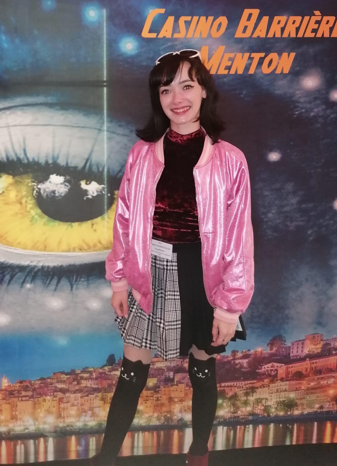Marie Barrouillet devant l'affiche du 4ème Festival du Film fantastique de Menton