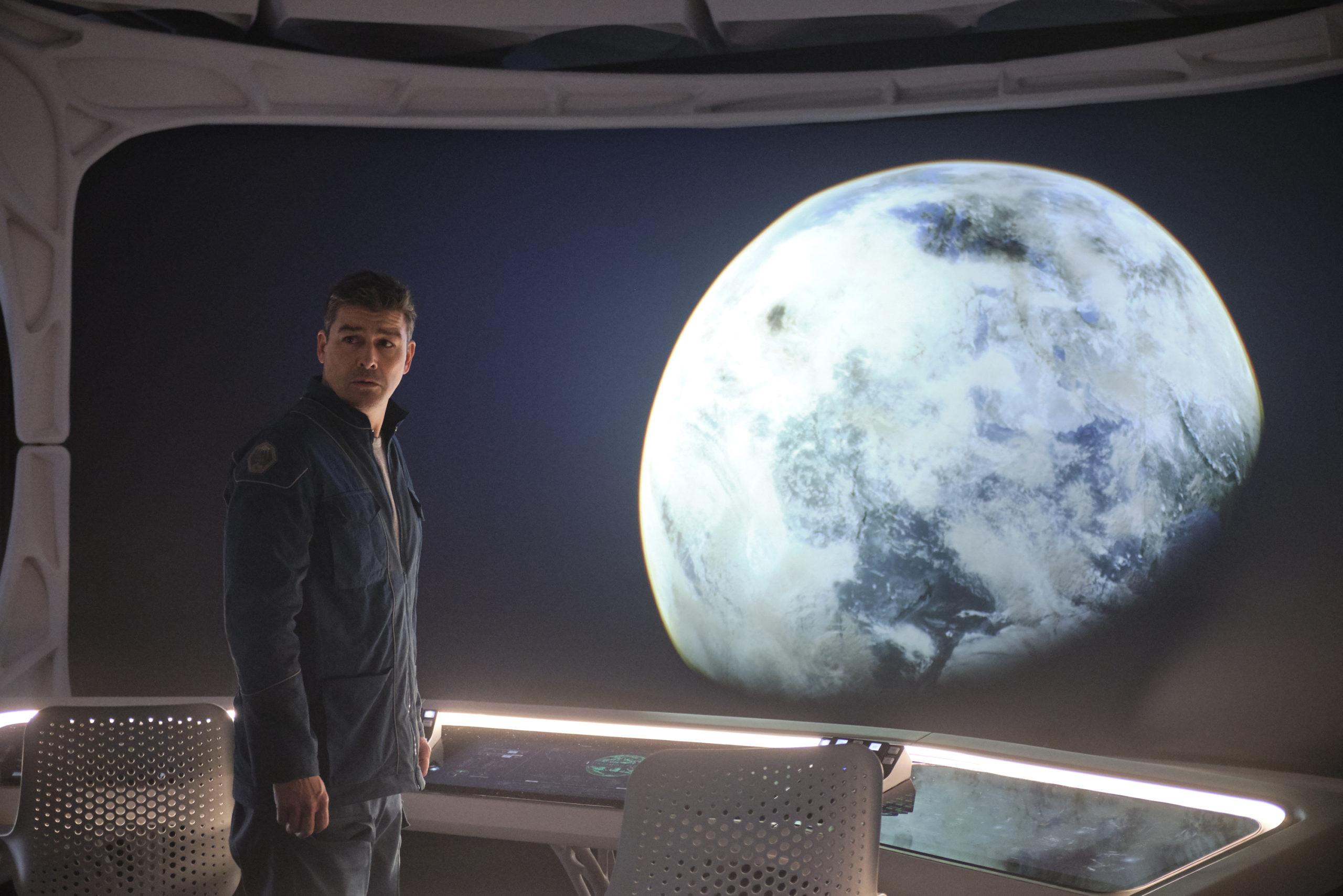 Kyle Chandler face à une terre hostile / Minuit dans l'univers ©Netflix
