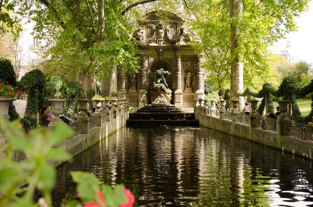 Lieu insolite : la fontaine Médicis, dans le jardin du Luxembourg.