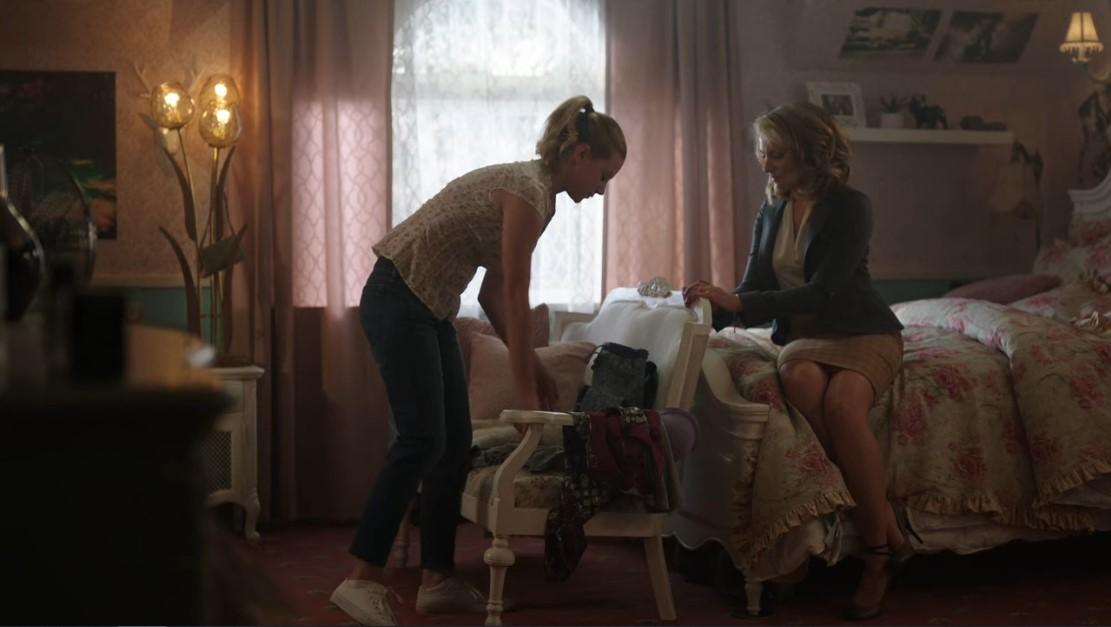Riverdale S1E1. Betty (Lili Reinhart) et sa mère (Mädchen Amick). Les couleurs chaudes du plans transcrivent une ambiance calme et rassurante.
