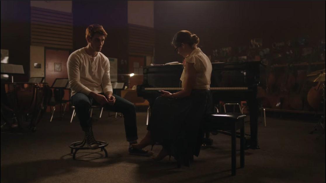 Archie (K.J Apa) et Mrs Grundy (Sarah Habel) dans la salle de musique de Riverdale High.