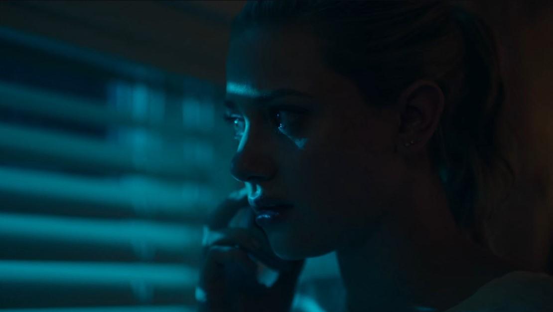 Riverdale S2E5. Betty Cooper dans sa chambre au téléphone. Les couleurs froides du plan transcrivent la peur et le stress de la scène.