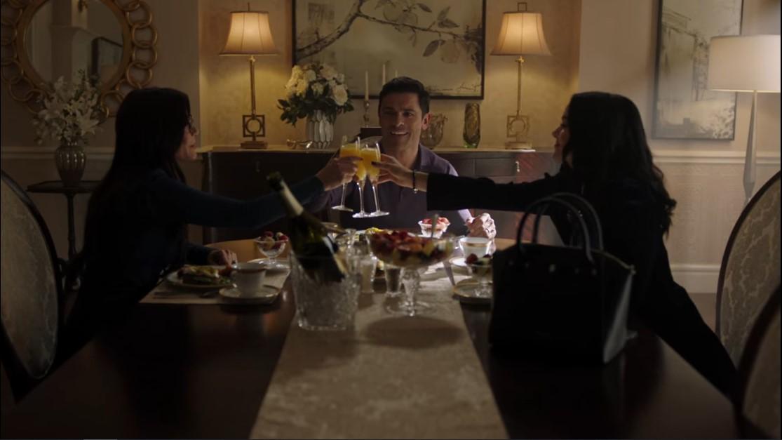 Riverdale S5E1. La famille Lodge trinquent dans leur appartement.