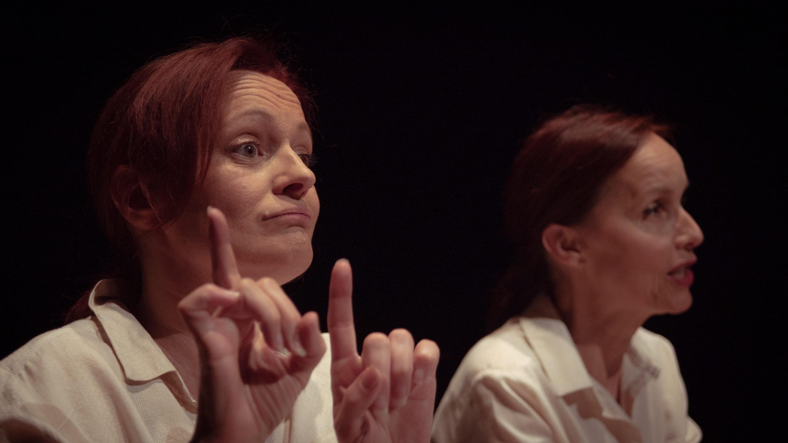 Isabelle Voizeux et Anne de Boissy dans L'analphabète.
