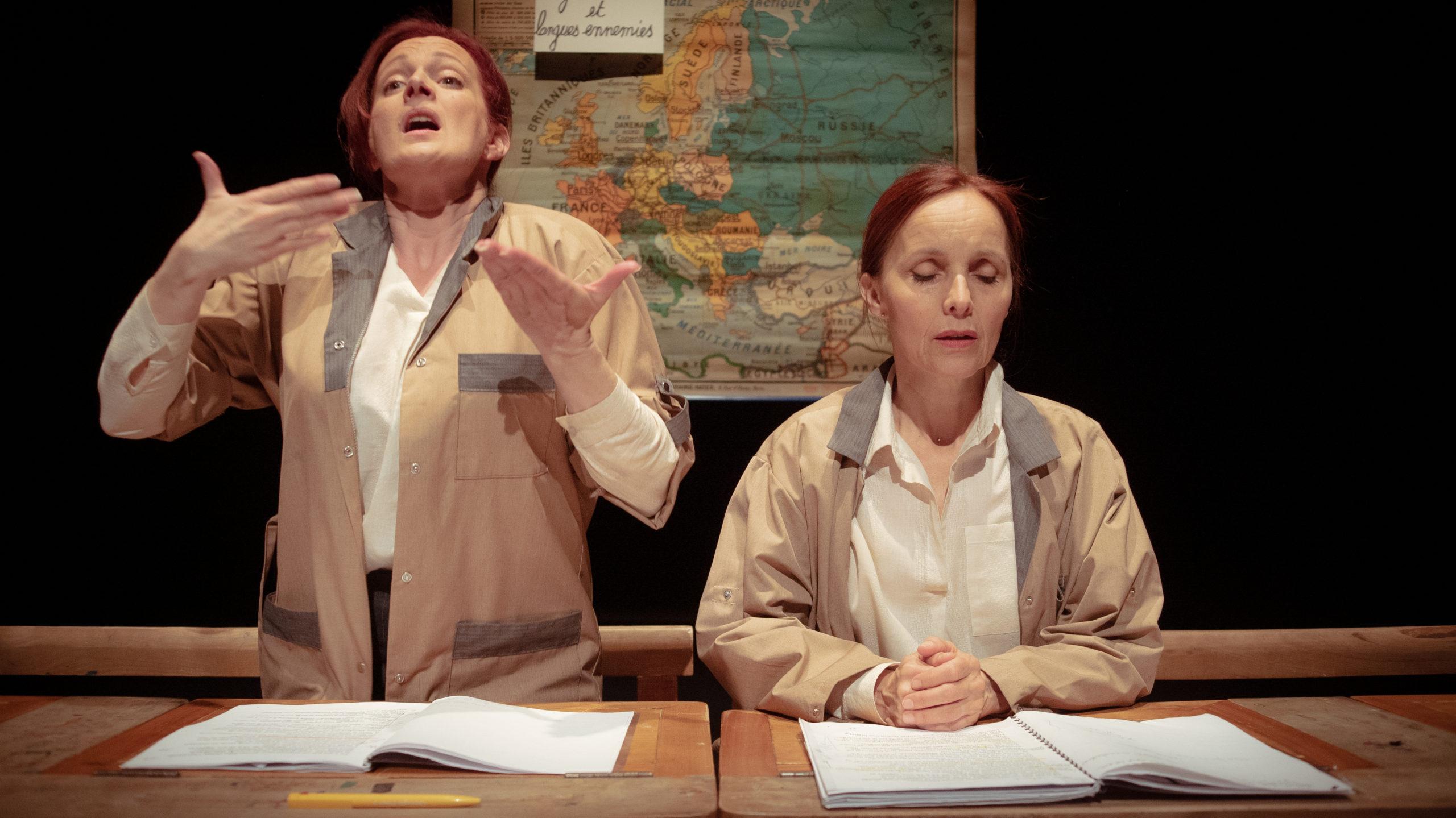 Isabelle de Voizeux et Anne de Boissy dans la pièce L'analphabète.