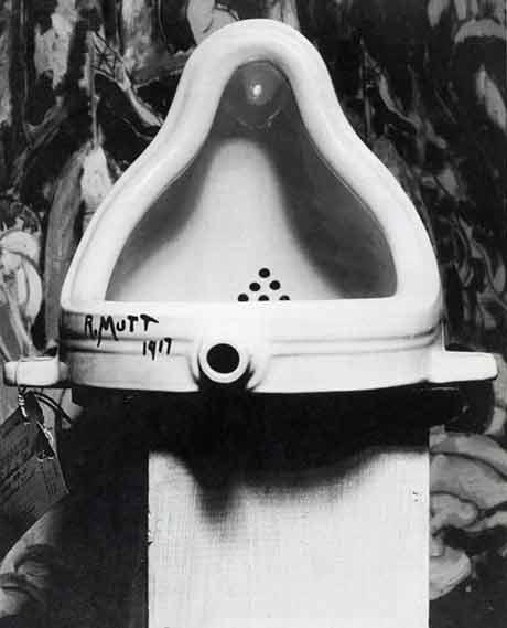 """La mise en scène de """"La Fontaine"""" par Alfred Stieglitz devant le tableau de Marsden Hartley (au second plan)."""